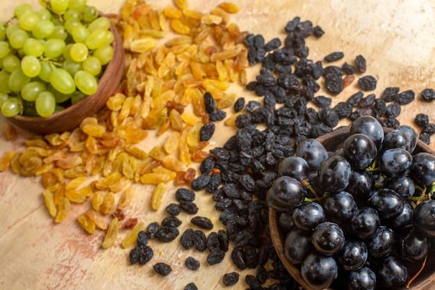Vue latérale des raisins raisins verts et noirs grappes de raisins verts et noirs dans le bol