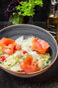 Vue latérale salade césar avec filets de saumon et laitue