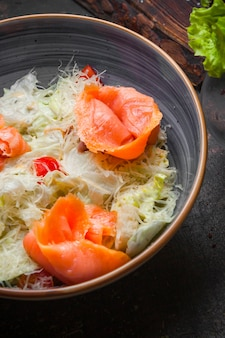 Vue latérale salade césar avec filets de saumon