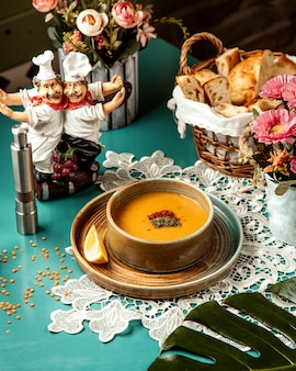 Vue latérale de la soupe aux lentilles merci dans un bol avec une tranche de citron