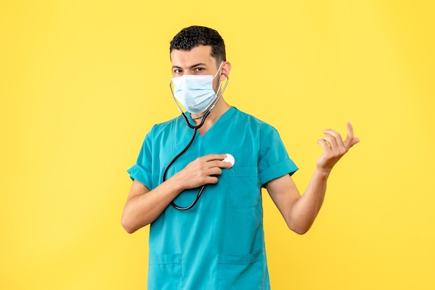 Vue latérale spécialiste des maladies infectieuses un médecin avec phonendoscope dans le masque