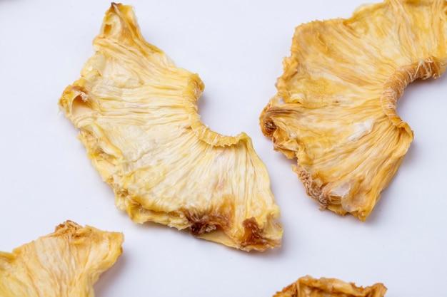 Vue latérale des tranches d'ananas séchées isolé sur fond blanc