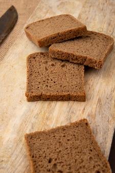 Vue latérale des tranches de pain de seigle sur une surface en bois
