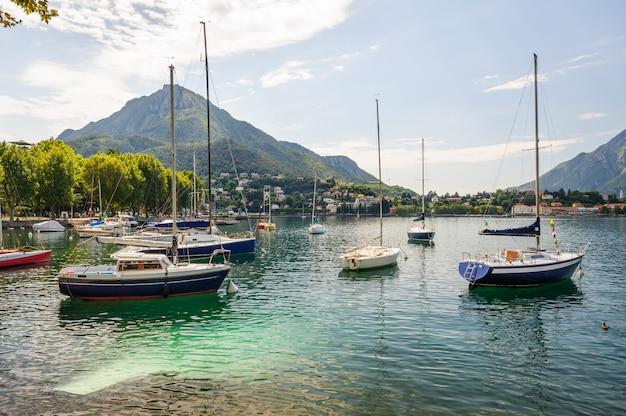 Vue de lecco, en italie, avec des bateaux au premier plan