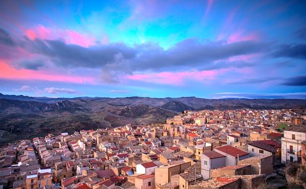 Vue de leonforte au coucher du soleil, en sicile. italie