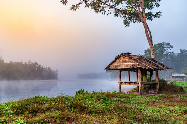 Vue sur le lever du soleil sur la rivière d'eau avec de la brume