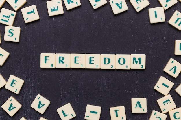Vue de la liberté scrabble lettres d'en haut