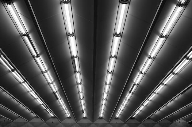 Vue en ligne des lampes fluorescentes du plafond de la station de métro