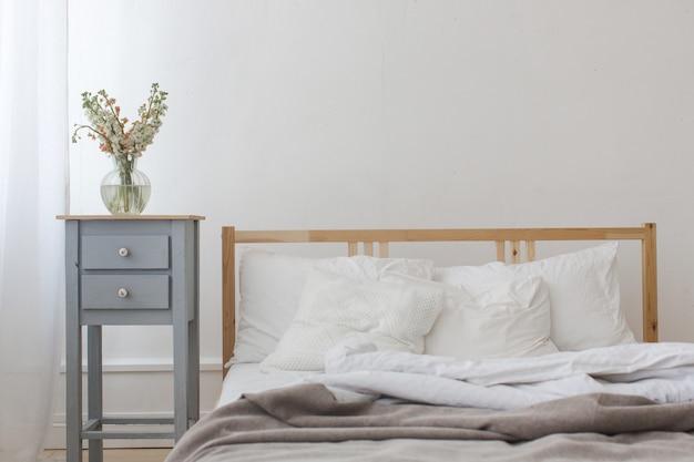Vue d'un lit froissé défait