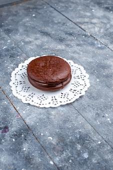 Vue lointaine avant délicieux gâteau au chocolat rond formé isolé sur gris