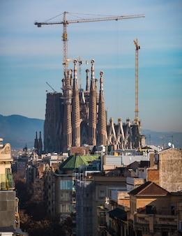 Vue lointaine de la cathédrale de la sagrada familia.