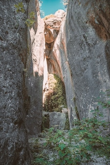 Vue longitudinale de quelques murs de pierre qui forment une grotte