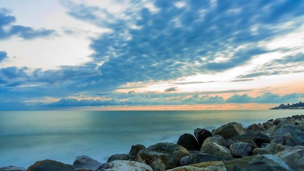 Vue longue exposition de la mer sur la plage rocheuse, sotchi