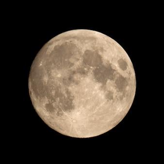 Vue de la lune dans le ciel nocturne au-dessus du lac des bois, en ontario
