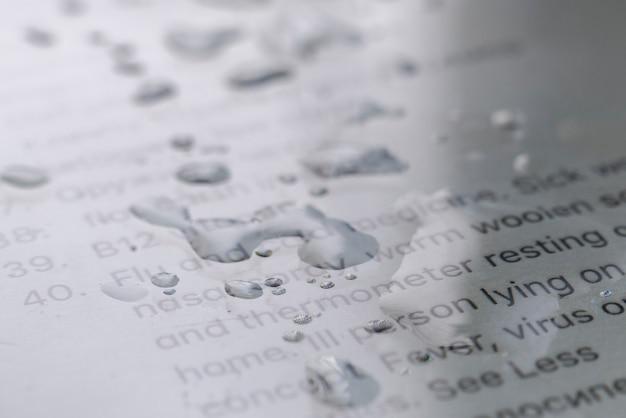 La vue macro des bulles d'eau sur l'écran de pixels de la surface du gadget avec du texte, technologie colnept
