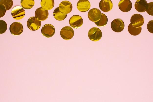 Vue macro confettis dorés avec fond