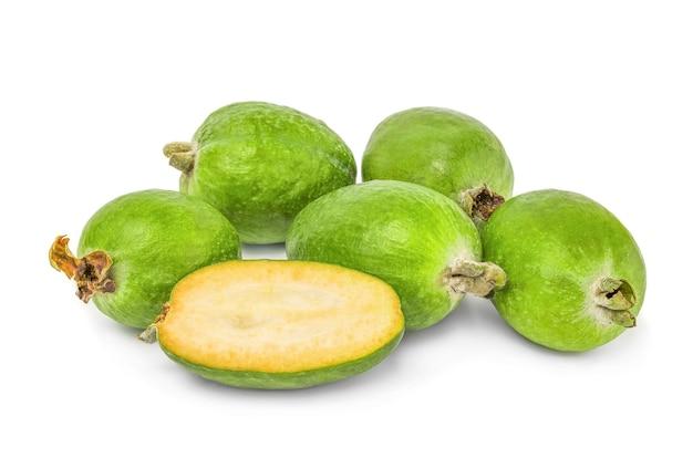 Vue macro de feijoa avec des tranches de fruits mis
