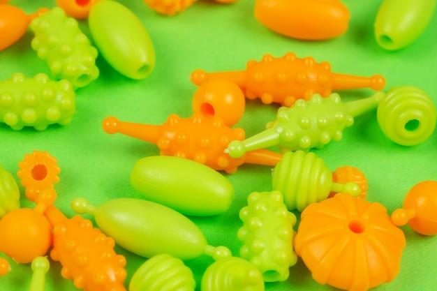 Vue macro de perles pour la créativité des enfants pour faire des colliers de bracelets
