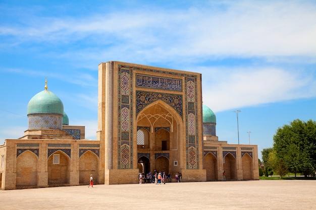 Vue de la madrasah barak khan du complexe khast imam en été. tachkent. ouzbékistan. asie centrale, islam, voyage.