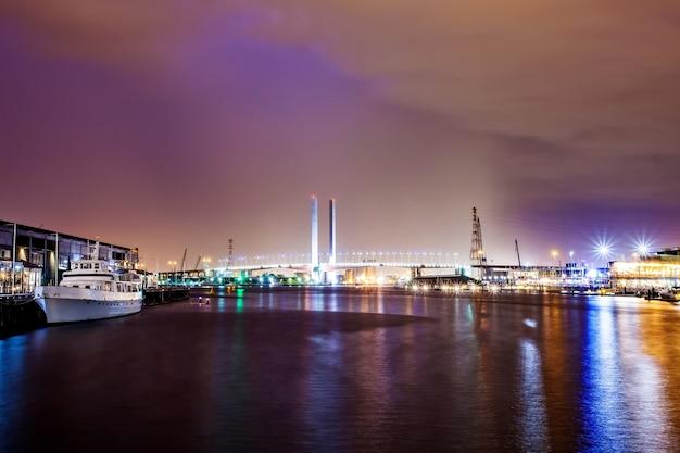 Une vue magnifique sur les docklands et le pont bolte et le crépuscule à melbourne en australie.