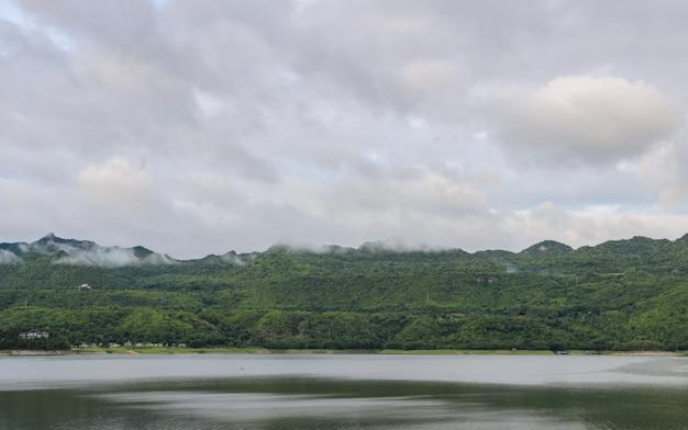 Vue magnifique sur la nature du barrage de srinakarin après la pluie à kanchanaburi, thaïlande