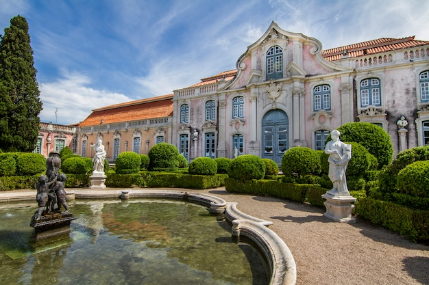 Vue sur le magnifique palais national de queluz, situé à sintra, au portugal.