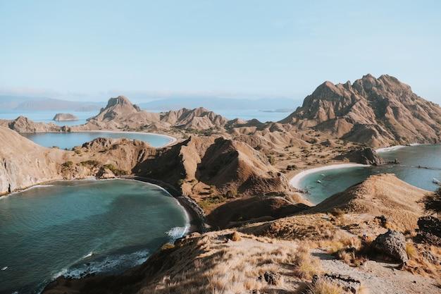 Vue magnifique sur le paysage du haut de l'île de padar à labuan bajo
