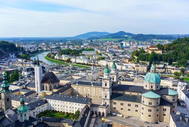 Vue magnifique sur la ville de salzbourg avec vue sur le centre historique, la cathédrale de salzbourg et la rivière salzach, classée au patrimoine mondial de l'unesco, depuis la forteresse de hohensalzburg, autriche