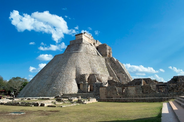 Vue de la maison de l'adivino. site archéologique d'uxmal, situé au yucatan. belle région touristique.