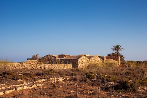 Vue de la maison ancienne appelée dammuso casa teresa, lampedusa