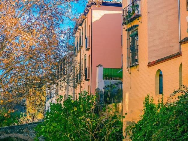 Vue des maisons colorées à l'alhambra.