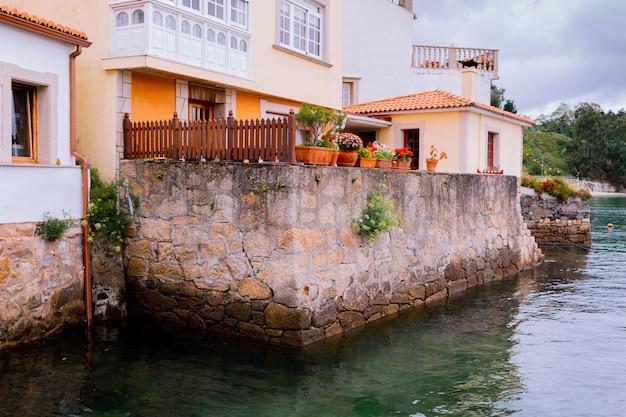 Vue sur les maisons colorées caractéristiques surplombant la mer dans un village du nord