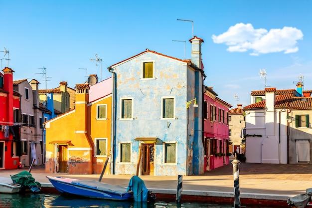 Vue sur les maisons colorées par une journée ensoleillée