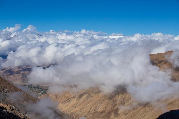 Vue sur les majestueuses montagnes rocheuses contre le ciel bleu et les nuages blancs dans l'himalaya indien, région du ladakh, inde. concept de nature et de voyage