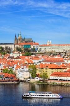Vue de mala strana et du château de prague sur la rivière vltava