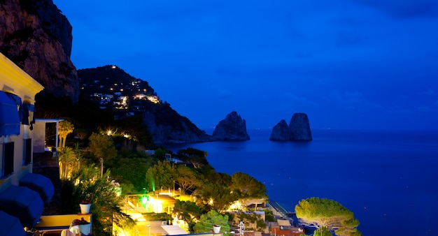 Vue de marina piccola et faraglioni de nuit, île de capri