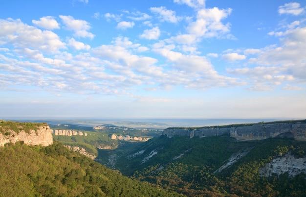 Vue matinale du haut de mangup kale - forteresse historique et ancienne colonie de grottes en crimée (ukraine)