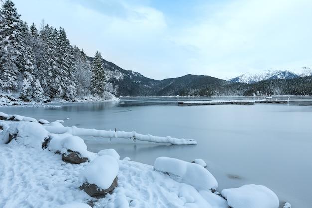 Vue matinale d'hiver sur le lac eibsee, bavière, allemagne.