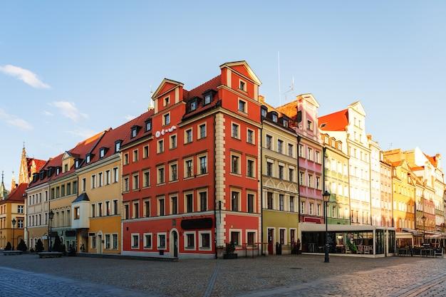 Vue matinale sur les sites touristiques de la ville de wroclaw en pologne au printemps