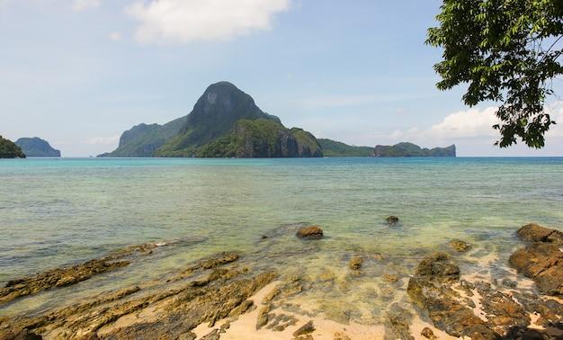 Vue sur la mer de la baie de bacuit d'el nido à palawan aux philippines