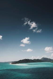 Vue sur une mer bleue cristalline