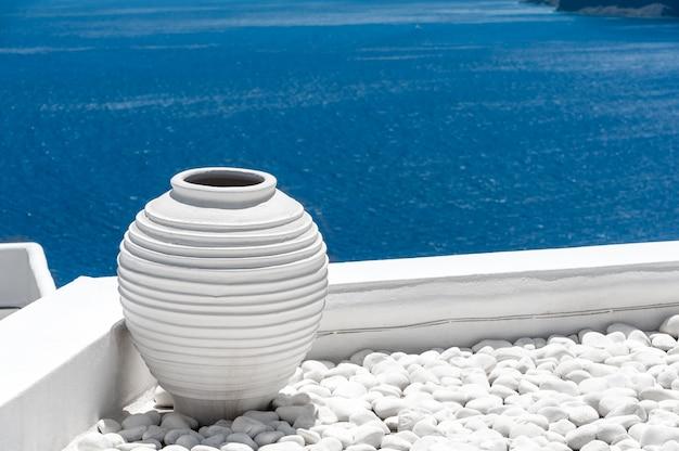 Vue sur la mer bleue de santorin du village d'oia