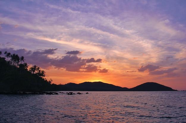 Vue sur mer avec ciel coucher de soleil pour la nature
