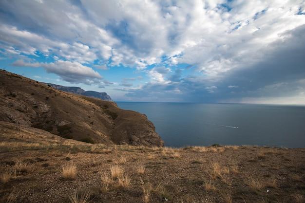 Vue sur la mer depuis les montagnes