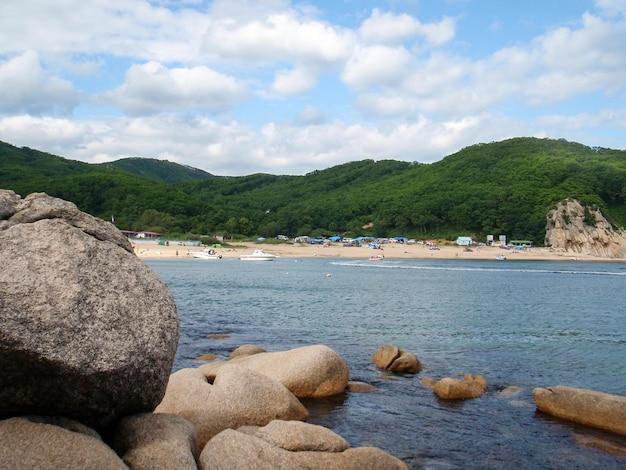 Vue sur la mer du japon près de vrangel, primorsky krai, russie.