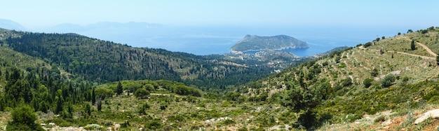 Vue sur la mer d'été de la péninsule d'assos en grèce, céphalonie, mer ionienne. panorama.