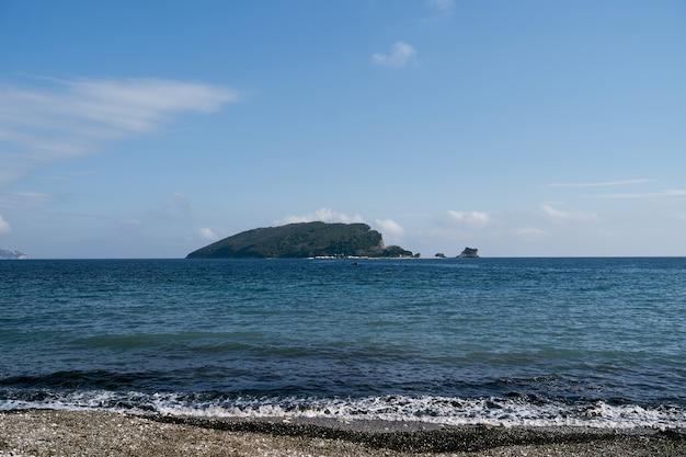 Vue de la mer sur l'île de saint nicolas budva monténégro