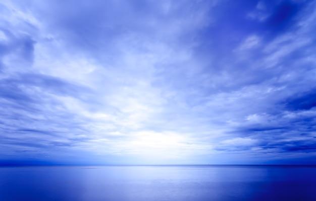 Vue sur mer le matin avec lumière sur l'horizon