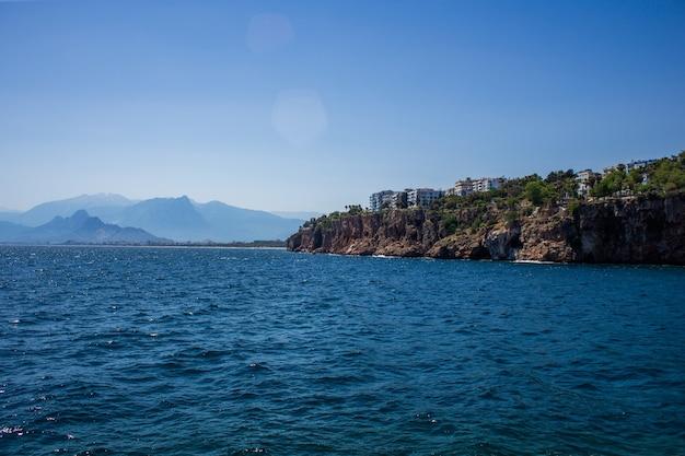 Vue sur la mer méditerranée contre les hautes montagnes du taurus