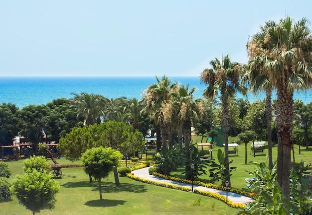 Vue sur la mer méditerranée, les palmiers et le parc verdoyant